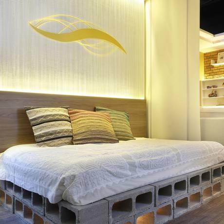 No ambiente da arquiteta Cyntia Sabat, a cama é feita com 70 blocos de concreto Foto: Divulgação / Divulgação