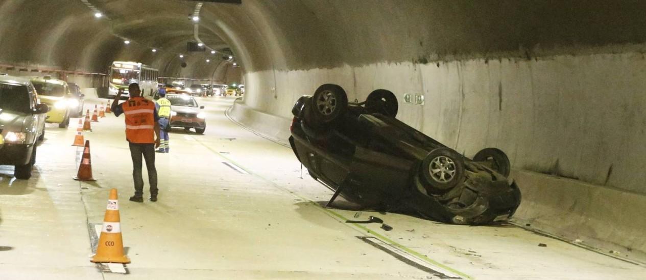 Acidente envolvendo quatro carros e dois ônibus fechou o túnel Marcello Alencar Foto: Domingos Peixoto / Agência O Globo