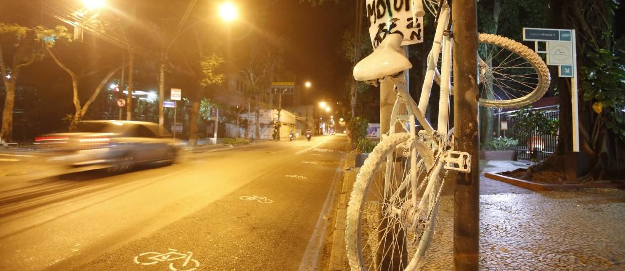 Bicicleta branca é pendurada na Rua São Clemente Foto: Guilherme Leporace / Agência O Globo