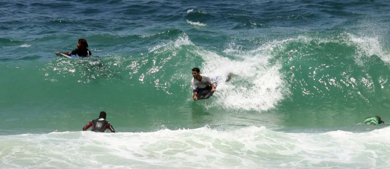 Surfistas na Praia do Diabo Foto: Paulo Nicolella / O Globo