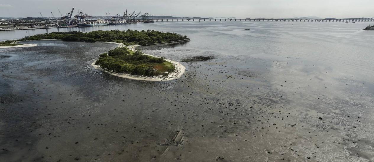 Ilha da Pombeba, tomada por pneus, fica próxima ao Caju e à Zona Portuária Foto: Gabriel de Paiva / Agência O Globo