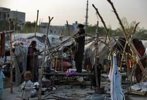 Condições precárias de moradia de uma família na favela de Rawalpindi, n o Paquistão Foto: B.K. Bangash / AP