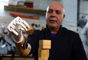 Sergey Galtsev reconquistou os movimentos graças a uma prótese desenvolvida pelo filho Foto: VASILY FEDOSENKO / REUTERS