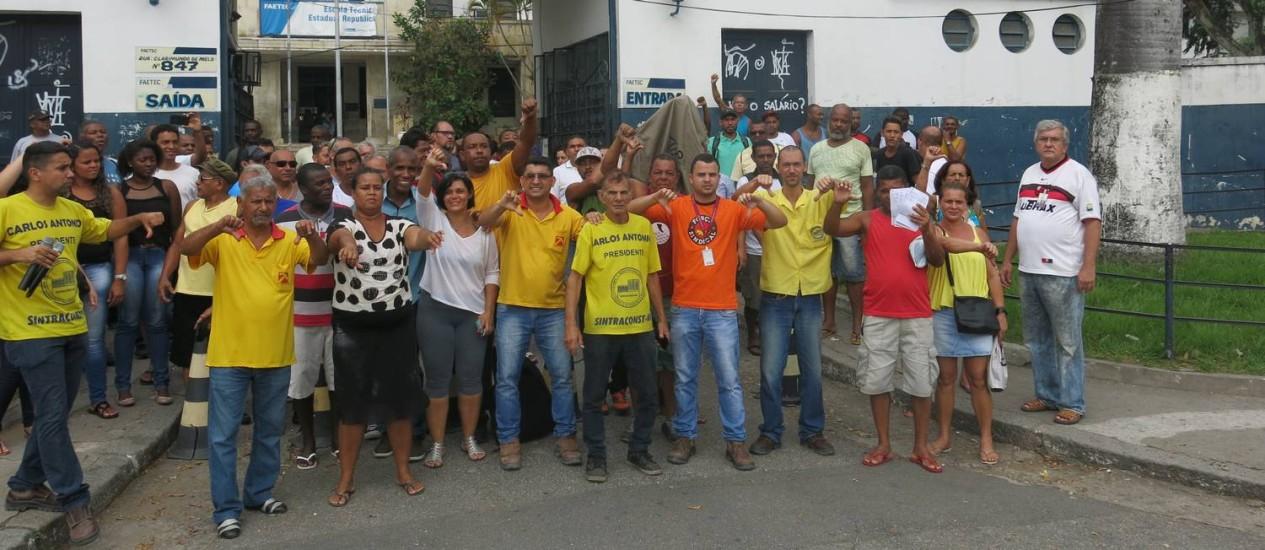 Servidores terceirizados da Faetec de Quintino protestaram contra os cinco meses de salários atrasados Foto: Gabriel Oliveira / Agência O Globo