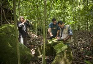 Pesquisadores fazem anotação em tanque de lavar roupa da época imperial Foto: Analice Paron / Agência O Globo