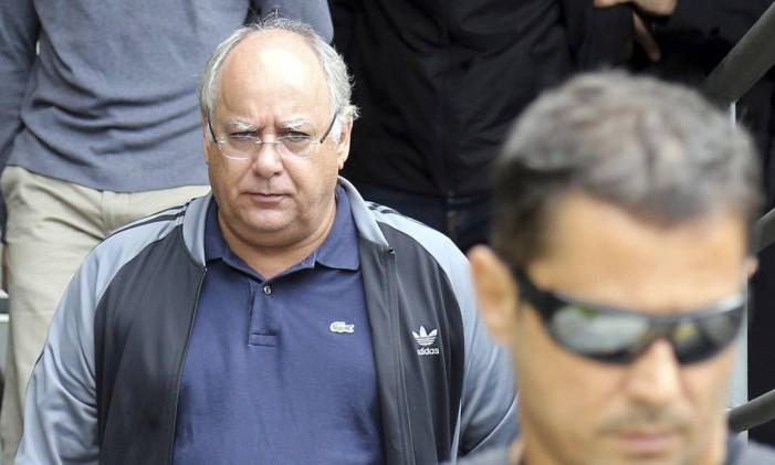 Renato Duque é escoltado pela Polícia Federal ao sair do Instituto de Ciência Forense, em Curitiba, após fazer exame de corpo de delito Foto: Reuters
