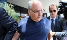 O ex-diretor de Serviços da Petrobras Renato Duque, durante sua saída da sede da Policia Federal em Curitiba. Ele foi preso em novembro de 2014 e em março de 2015. Foto: Agência O Globo / 03-12-2014