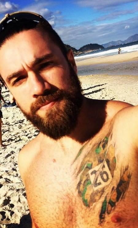 Lucas Valença, o policial hipster que escoltou Eduardo Cunha até o avião da Polícia Federal, nesta quarta-feira, em Brasília, também é muso no Instagram. Na rede social, Lucas posta foto sem camisa, mostrando tatuagens, com as praias do Rio como cenário Foto: Reprodução/ instagram