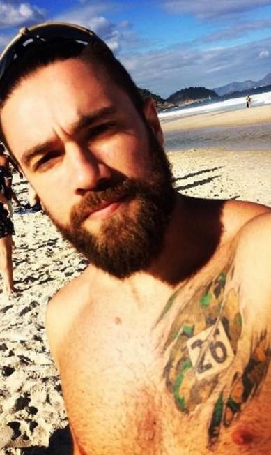 Lucas Valença, o policial hipster que escoltou Eduardo Cunha até o avião da Polícia Federal, nesta quarta-feira, em Brasília, também é muso no Instagram. Na rede social, Lucas posta foto sem camisa, mostrando tatuagens, com as praias do Rio como cenário Reprodução/ instagram