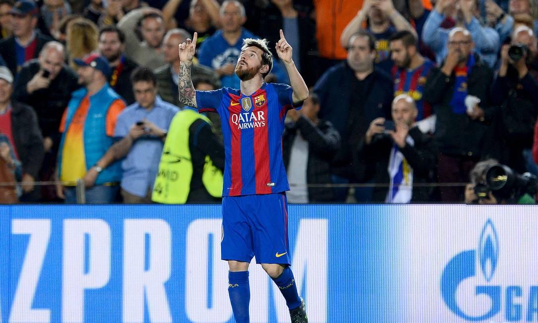 Lionel Messi ergue as mãos aos céus ao abrir o placar para o Barcelona contra o Manchester City JOSEP LAGO / AFP