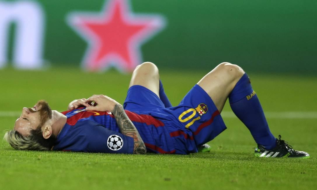 Messi cai no gramado no Camp Nou após jogada nesta quarta-feira Manu Fernandez / AP