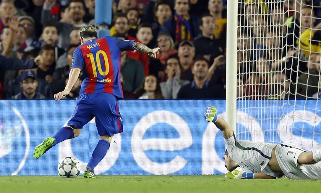 Após falha da zaga, Messi dribla Bravo para fazer o primeiro gol do Barcelona Francisco Seco / AP