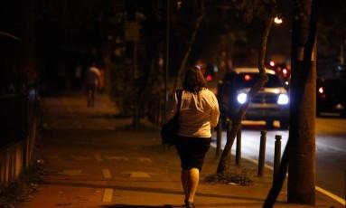 Passeio no breu. Moradores pedem por mais luz na ciclovia Foto: Guilherme Leporace / Agência O Globo