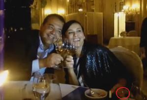 Cabral e sua mulher Adriana Ancelmo já com o anel, circulado em vermelho, em jantar no restaurante 'Luís XV', em Mônaco Foto: Reprodução/Blog do Garotinho