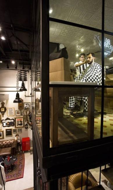 A loja conceito da Reserva no Rio Sul é três em um: moda masculina, barbearia e o Café Le P´tit Mônica Imbuzeiro / Agência O Globo