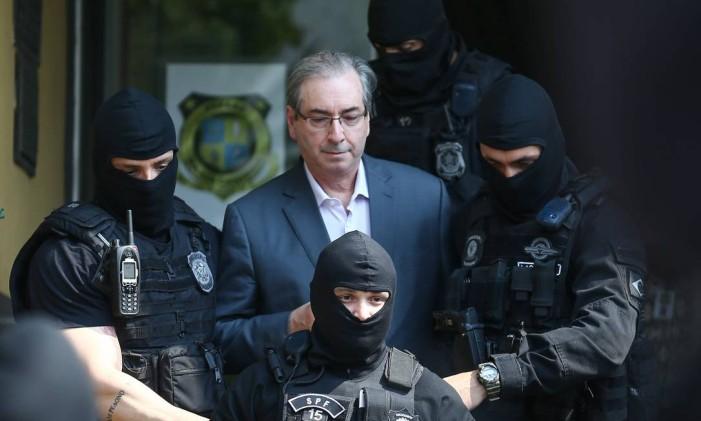 O ex-presidente da Câmara e deputado cassado Eduardo Cunha é levado para fazer exame de corpo delito no IML, em Curitiba Foto: Geraldo Bubniak / Agência O Globo
