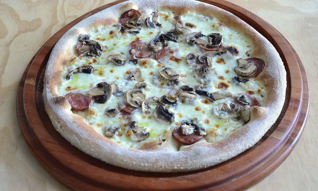 Como é tradição na Itálias, as pizzas são servidas apenas a partir das 19h. Na foto, a calabrisella: búfala, funghi e calabresa Divulgação / Divulgação