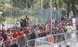 A fila de rubro-negros no Maracanã para comprar ingresso para o jogo entre Flamengo e Corinthians Foto: Marcelo Carnaval / Agência O Globo