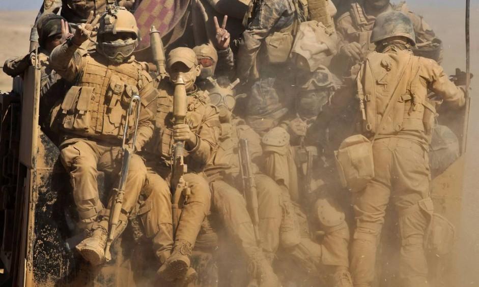 Forças iraquianas avançam pelo deserto, ao Nordeste da base de Qayyarah, durante operação para retomar Mossul das mãos do Estado Islâmico Foto: AHMAD AL-RUBAYE / AFP