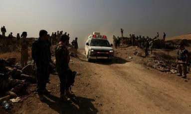 Combatentes curdos Peshmerga se preparam para combates com os militantes do Estado Islâmico nos arredores da cidade de Nawran, perto de Mossul, no Iraque Foto: ZOHRA BENSEMRA / REUTERS