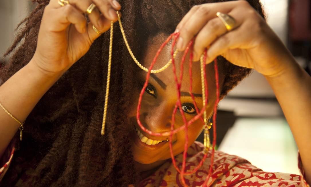 A chef Andressa Cabral, do Meza, usa dois colares: um que representa a entidade que a protege no candomblé e o outro que ganhou do presente do marido de Dia dos Namorados, há seis anos Adriana Lorete / Agência O Globo