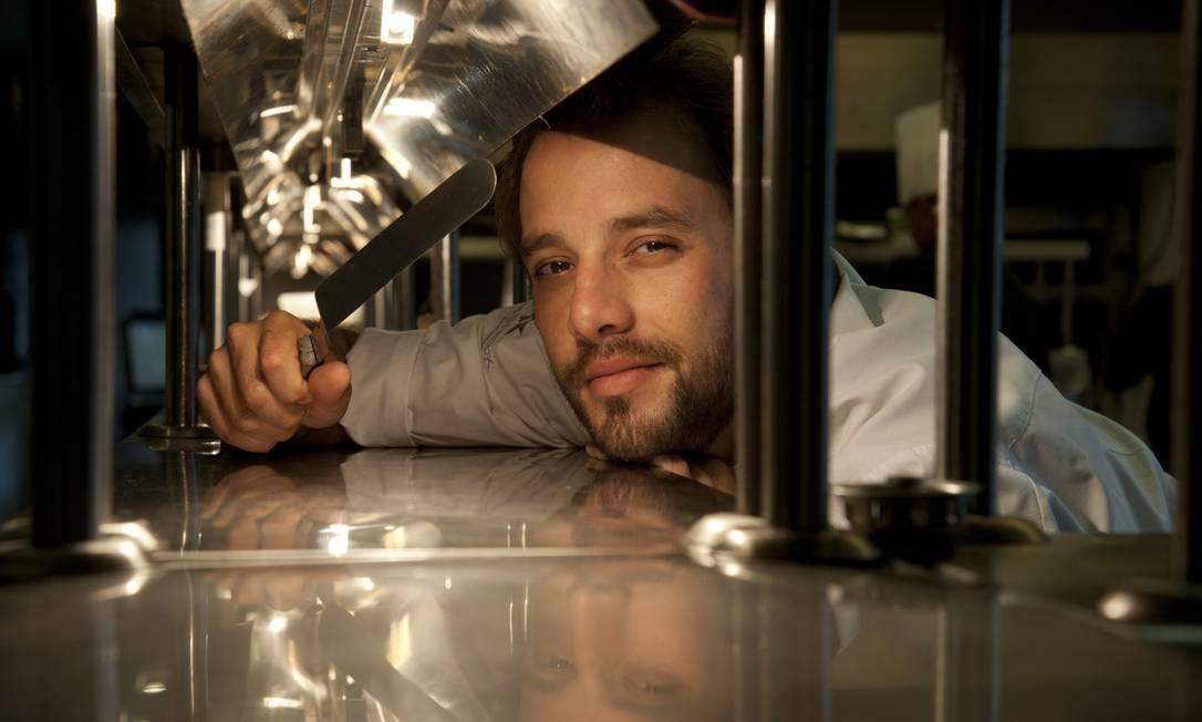 Elia Schramm, chef do Laguiole, guarda com ele uma miniespátula que ganhou do chef frânces Alain Soliverès, no estrelado Taillevent, em Paris Adriana Lorete / Agência O Globo