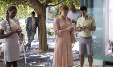 A atriz Bryce Dallas Howard (ao centro) estrela episódio de 'Black mirror': um pesadelo no mundo digital. Foto: Divulgação