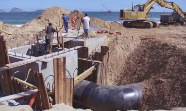 Formado por estruturas de concreto armado e tubulações metálicas de grande diâmetro, o emissário sofreu colapsos nos pilares (Foto: 08.04.1999) Foto: Cezar Loureiro / Cezar Loureiro