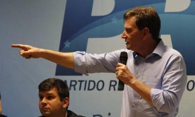 Candidato à prefeitura do Rio pelo PRB, Marcelo Crivella recebe apoio de lideranças sindicais e de associaçães de gêneros alimentícios nesta quinta-feira (20) Foto: Domingos Peixoto / Agência O Globo