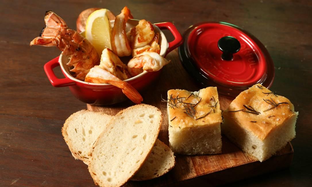 Stuzzi. A chef Paula Prandini serve uma deliciosa panelinha de frutos do mar ao perfume de limão siciliano, acompanhado dos irresistíveis pães da casa (R$46,80) Alle Vidal / Divulgação