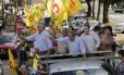 Iris Rezende (PMDB), ao centro, acena durante carreata no último dia 15: candidato lidera as intenções de voto para prefeito de Goiânia, segundo Ibope Foto: Divulgação