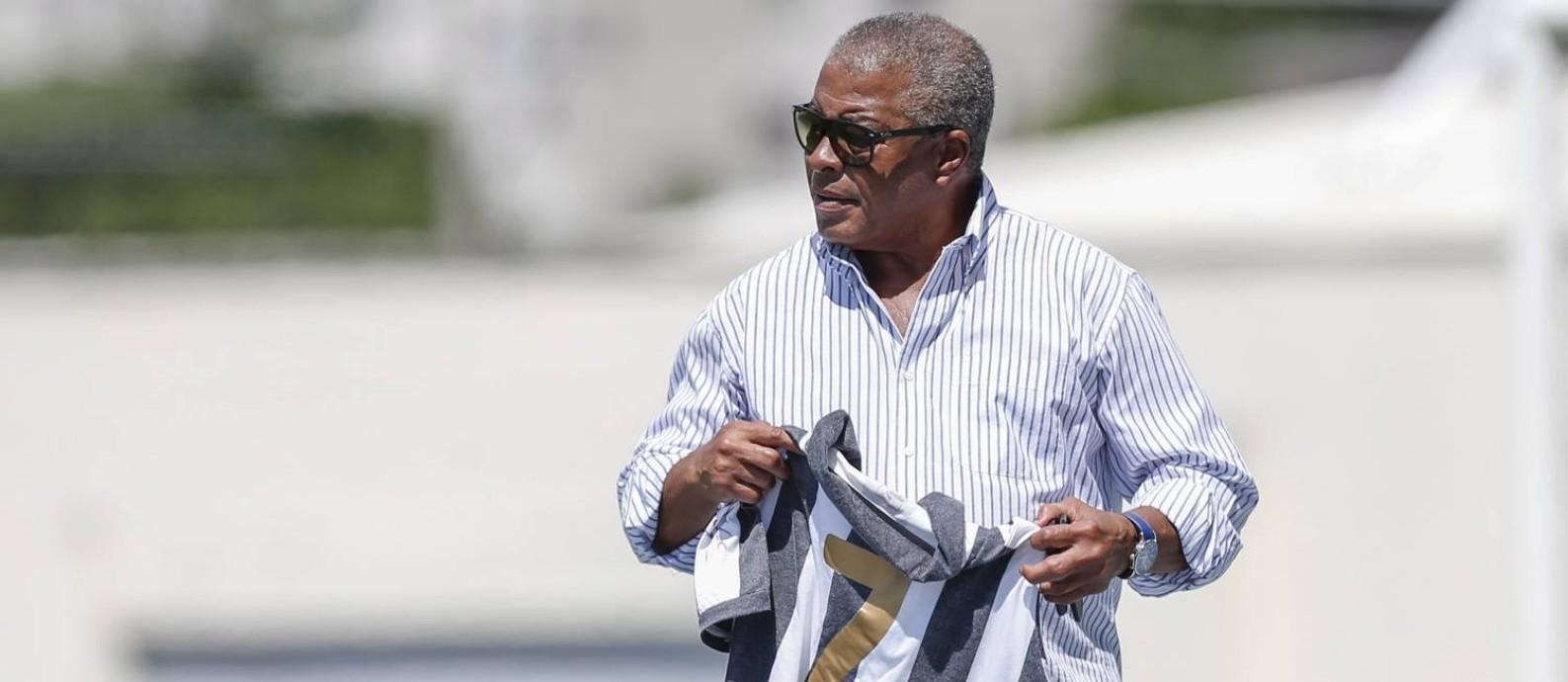 Pai. Jairzinho segura a camisa do Botafogo Foto: Alexandre Cassiano / Alexandre Cassiano