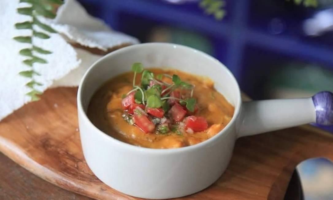 Zazá Bistrô. A panelinha de cerâmica branca é perfeita para o vatapá de camarão, servido com manga e vinagrete de coentro do chef Rodrigo Tristão (R$38)  / Reprodução/Instagram