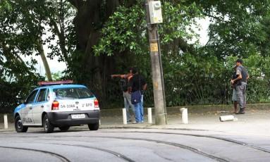 Carro da polícia nas Paineiras em 30/11/2010 Foto: Marcelo Piu / Agência O Globo