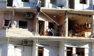Homem senta em área externa de casa danificaa por bombardeios em Aleppo Foto: ABDALRHMAN ISMAIL / REUTERS