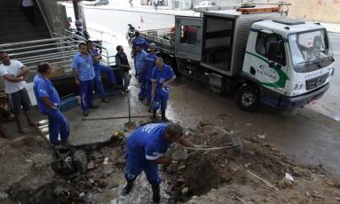 Técnicos da Cedae fazem reparo em tubulação na Rua Visconde de Niterói Foto: Paulo Nicolella / O Globo