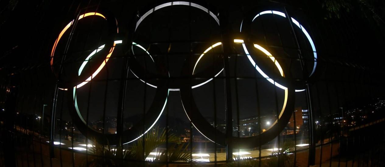 Anéis olímpicos no Paque de Madureira, fechado por falta de pagamento da luz Foto: Marcelo Theobald / Agência O Globo