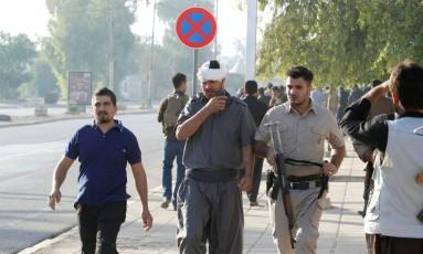 Um homem curdo ferido é visto no local de um ataque de militantes do Estado Islâmico em Kirkuk Foto: AKO RASHEED / REUTERS