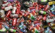 Latinhas de refrigerante a caminho de reciclagem
