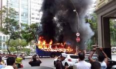 Ônibus pega fogo no Centro do Rio Foto: Foto de @Faferso