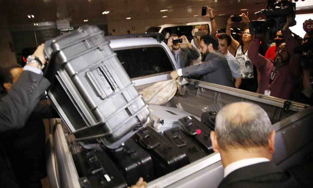 Polícia Federal coloca na caminhonte material apreendido durante operação no Senado Foto: Jorge William / Agência O Globo