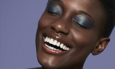 Prata e azul: a mistura das duas cores cria um terceiro tom, que vai superbem com gloss incolor nos lábios Foto: Pedro Bonacina