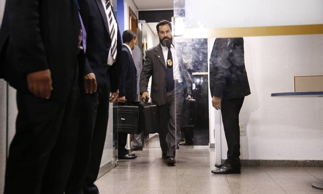 Agentes da Polícia Federal apreenderam documentos na Delegacia Legislativa do Senado Foto: Jorge William / Agência O Globo