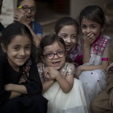 A pequena Maria (no centro), de 6 anos, cercada por amigos em Rawalpindi, no Paquistão Foto: B.K. Bangash / AP