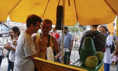 Marcelo Freixo, candidato do PSOL à prefeitura do Rio faz campanha na estação do BRT de Santa Cruz, zona Oeste Foto: Gabriel de Paiva / Agência O Globo