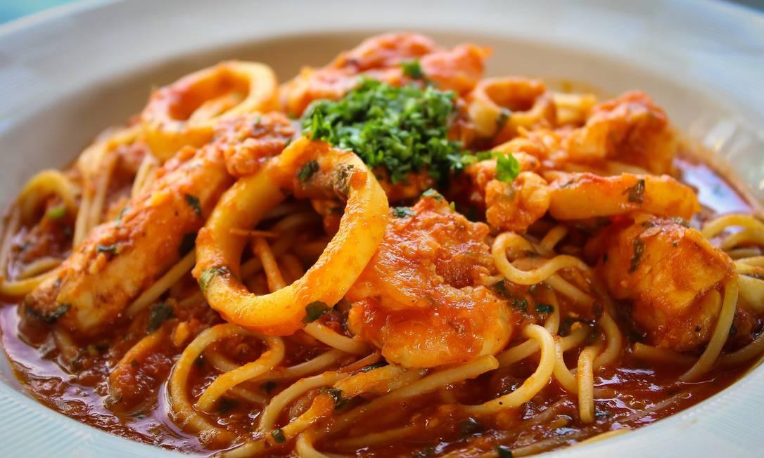 Antiquarius. Spaghetti com Frutos do Mar é puxado no azeite e na cebola com molho de tomate e salsinha, acompanhado por camarão, lagostins, polvo, lula e mexilhão (R$ 185) Divulgaçao