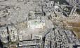 Imagem aérea capturada por drone mostra mesquita onde forças do regime sírio permanecem em Aleppo Foto: ABDALRHMAN ISMAIL / REUTERS