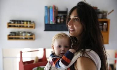 Veganos: a italiana Fulvia Serra, com seu filho Sebastiano, de um ano, em Fort Collins, no Colorado Foto: AP/ Brennan Linsley