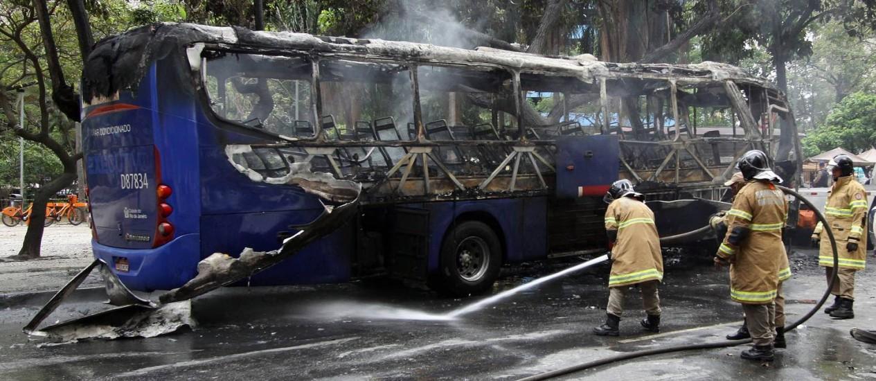 Bombeiros apagam incêndio em ônibus no Centro Foto: Paulo Nicolella / O Globo