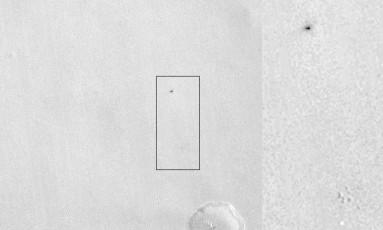 Imagem feita pela Câmera de de Contexto da sonda MRO, na órbita de Marte, mostram um pequeno ponto brilhante e uma mancha escura maior (no detalhe) que marcariam os locais onde estão o paraquedas e do impacto do módulo europeus Schiaparreli, que tentou u Foto: NASA/JPL-Caltech/MSSS